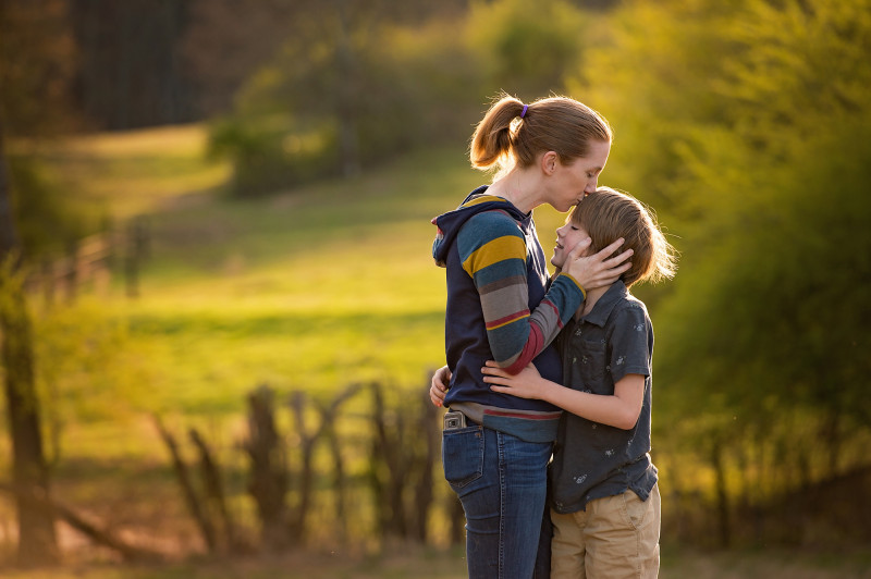 Farm-Photographer-mother-snuggles