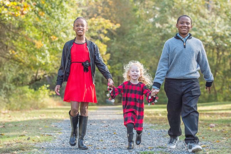 Family-Portraits-On-A-Path