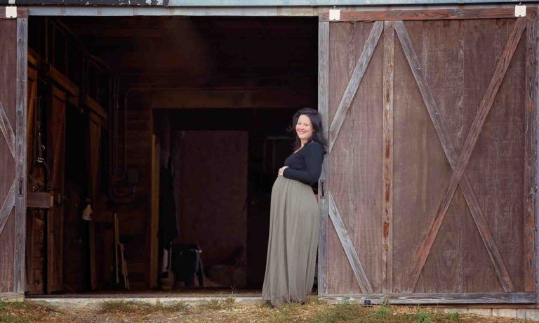 alpharetta-maternity-photographer-barn-farm