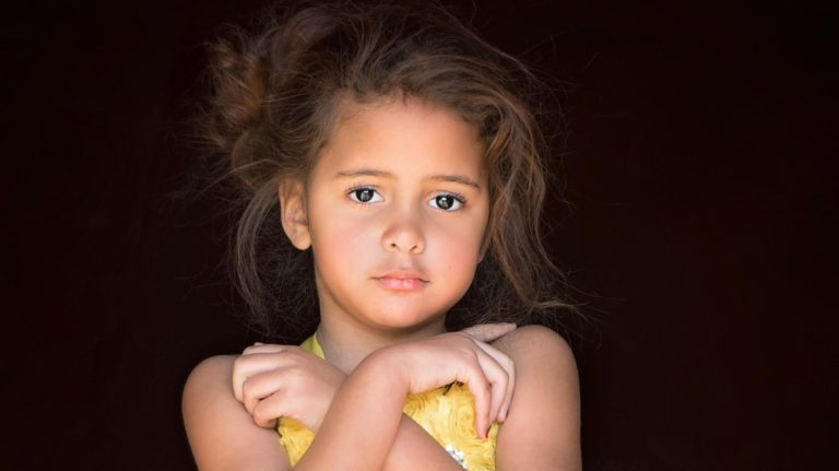 child-yellow-dress-photography-close-up