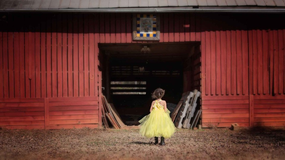 childrens-photography-old-barn-in-milton